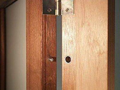 Dievenklauwen in deur en raam monteren