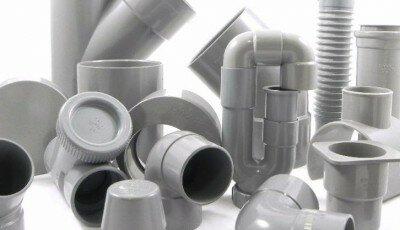 Het lijmen en bevestigen van PVC afvoeren