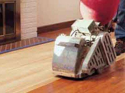 Houten vloer schuren met parketschuurmachine