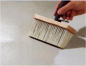 Ondergrond voorbereiden voor tapijt, voorstrijken met voorstrijkmiddel