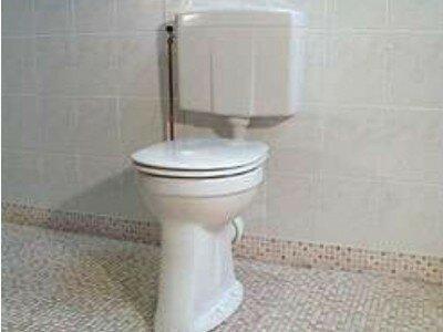 Staande toiletpot aansluiten