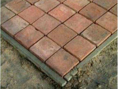 Terras van betontegels leggen