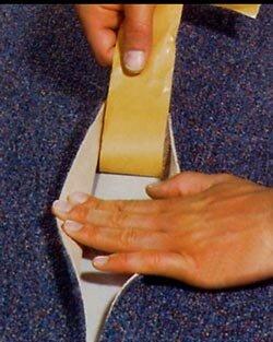 Zelf tapijt leggen, dubbelzijdig plakband aanbrengen op de naden